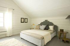 Romantische landelijke slaapkamer met houten muren