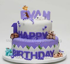 Evan's Cake by Paige Fong, via Flickr  dubbele letters bovenop paars/wit leuk