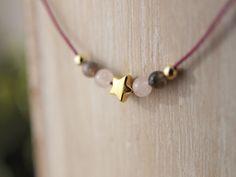 Collares cortos ajustables con piezas chapadas en oro y piedras naturales.  Si lo prefieres, puedes elegir el color del cordón entre marrón chocolate, azul marino, gris plomo y fucsia.