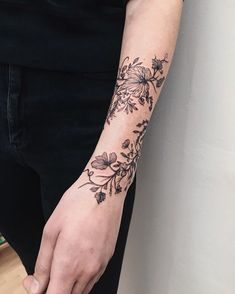 Mini Tattoos On wrist; Botanisches Tattoo, Fake Tattoo, Forarm Tattoos, Body Art Tattoos, Girly Arm Tattoo, Tatoos, Flower Vine Tattoos, Tattoos For Women Flowers, Wrist Tattoos For Women