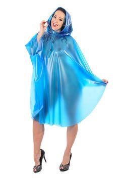 Ein hellblauer PVC Poncho ist nützlich und kleidsam