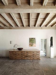 25 Best Interior Design Projects By Axel Vervoordt Wooden Ceilings, Ceiling Beams, Beamed Ceilings, Ceiling Color, Timber Ceiling, Floor Ceiling, Best Interior, Interior And Exterior, Stone Interior