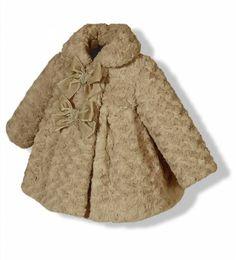 Abrigo de pelo con capota para niña en color camel