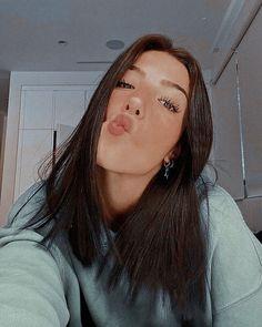 Aesthetic Photo, Aesthetic Girl, Alexander And Eliza, Selfies, Natural Glowy Makeup, Charlie Video, Popular People, Fresh Hair, Foto Instagram