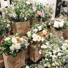 aula de buquês com mamãe Suzana Ceridono Enchanted Florist, Morning Sky, Language Of Flowers, Bridesmaid Dresses, Wedding Dresses, Event Management, Decorative Items, Floral Wreath, Wreaths