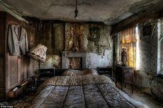 Haunting images of abandoned farm houses by Niki Feljen