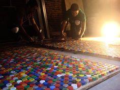Pisos de tapas de gaseosas. Pisotapitas es un proyecto desarrollado por el arquitecto argentino Francisco Ribero. Consiste en reutilizar las tapitas plásticas de las botellas de gaseosa para construir mosaicos que pueden aplicarse en la vía pública, en interiores, sobre las paredes, e incluso sobre el mobiliario. https://www.facebook.com/construirtv