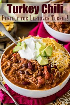 How to make Turkey Chili with leftover turkey! An easy recipe for your Thanksgiving leftovers! Leftover Chili Recipes, Thanksgiving Leftover Recipes, Chilli Recipes, Leftovers Recipes, Thanksgiving Turkey, Healthy Recipes, Turkey Leftovers, Thanksgiving Desserts, Dinner Recipes