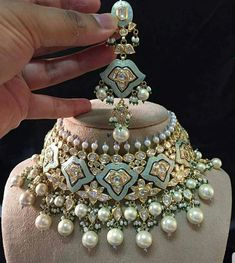 10 Super Genius Tips: Modern Wedding Jewelry antique jewelry emerald.Antique Jewelry Emerald bridal jewelry hair down. Indian Wedding Jewelry, Indian Jewelry, Pakistani Jewelry, Bollywood Jewelry, Indian Jewellery Design, Cute Jewelry, Jewelry Sets, Jewelry Stand, Gold Jewelry