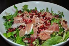 Μια συνταγή για μια πλούσια, δροσερή και πεντανόστιμη σαλάτα για το Χριστουγεννιάτικο τραπέζι και όχι μόνο. Μια συνταγή με φυλλώδη λαχανικά, προσούτο, καρύ Salad Bar, Soup And Salad, Dips, Healthy Snacks, Healthy Recipes, Happy Foods, Christmas Cooking, Christmas Time, Appetisers
