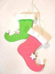 Des petits souliers de lutins en papier, à découper et à suspendre comme déco au sapin de Noël