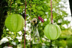 festlicher Außentrauung Dekoration in grün und pink