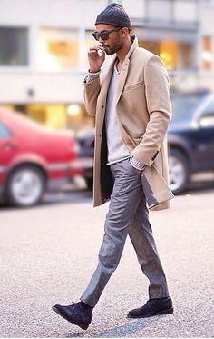 ベージュのチェスターコートに、ライトグレーのカットソー、グレーのスラックス、黒のスウェードシューズを合わせた男性の着こなし