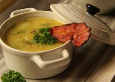 Květáková polévka se slaninou recept - TopRecepty.cz Thai Red Curry, Cauliflower, Meat, Chicken, Ethnic Recipes, Soups, Cauliflowers, Soup, Cucumber