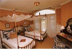 dormitorio dos camas doseles madera
