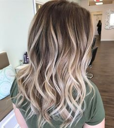haar kleuren 35 Balayage Hair Color Ideas for Brunettes in The French hair coloring technique: Balayage. balayage hair color ideas for brunettes in 2019 allow to achieve a more natural and modern eff. Platinum Blonde Balayage, Dark Blonde Hair Color, Brown Ombre Hair, Honey Blonde Hair, Platinum Blonde Hair, Ombre Hair Color, Hair Color Balayage, Pearl Blonde, Dark Hair