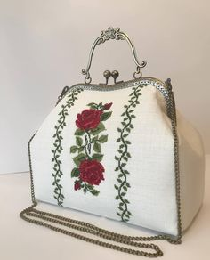 Embroidery Purse, Cross Stitch Embroidery, My Bags, Purses And Bags, Palestinian Embroidery, Frame Purse, Crochet Purses, Le Point, Bronze