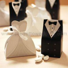 Box portaconfetti a forma di sposini elegantemente vestiti. In Promo: € 0,99 Il prezzo è riferito alla coppia come in foto. Ordine minimo 25 coppie. Misure: h 10 cm - capienza: 3/4 confetti classici.