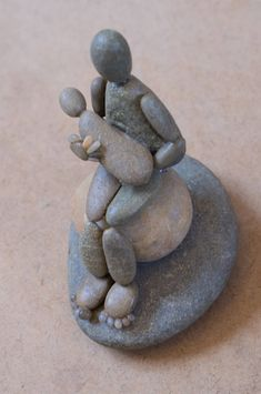Mutter und Baby Pebble Creation Mother and Baby Pebble Creation Pebble Stone, Pebble Art, Stone Art, Pebble Mosaic, River Rock Crafts, Art Rupestre, Art Pierre, Rock Sculpture, Pebble Pictures
