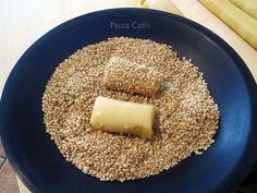 I biscotti regina, sono dei biscotti classici siciliani molto famosi, dal caratteristico aroma dato dai semi di sesamo di cui è cosparsa la superficie.