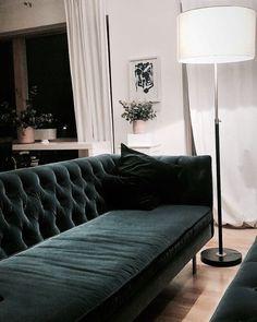 Zwart, wit of grijs op de wand? | Pinterest | Blue velvet chairs ...