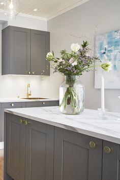 Asuntokaupat sokkona -ohjelman seitsemännessä jaksossa vilahti Ligo nuppi, joka sitoi keittiön ja kylpyhuoneen kauniisti toisiinsa. #asuntokaupatsokkona #nelonen #jakso7 #vetimet #vedin #nuppi #sisustus #sisustussuunnittelu #keittiö #keittiösuunnittelu #Ligo #messingöity #helatukku Double Vanity, Bathroom, Washroom, Full Bath, Bath, Bathrooms, Double Sink Vanity