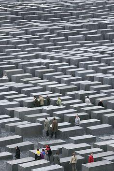 Sentimentos: Angústia e Ansiedade. É o que eu sinto ao olhar para este lugar: Holocaust Memorial, Berlin                                                                                                                                                                                 Mais