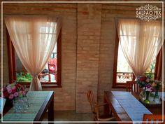 O Galpão Mix é todo construído de tijolinho aparente. E por estas janelas é possível ver a linda vista da Serra da India. #galpaomix #galpaomixpenedorj #espacoparaeventos #casamento #wedding #miniwedding #destinationwedding #eventoscorporativos