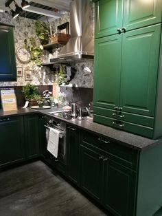Ikea Bodbyn Kitchen, Kitchen Wall Cabinets, Kitchen Dining, New Kitchen Inspiration, Kitchen Ideas, Second Floor Addition, Sliding Cupboard, Kitchen New York, Studio Kitchen