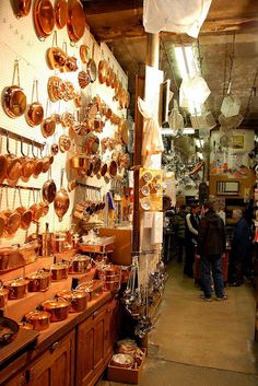 De Hillerin in Rue Coquillère at Les Halles Paris. This is the store where Julia Child shopped for kitchen equipment and her copper! Copper Pots, Copper Wall, Copper Kitchen, Copper Decor, French Kitchen, Vintage Kitchen, Les Halles Paris, Cocotte Staub, Copper Cooking Pan