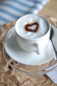 Cappuccino – kawa z dodatkiem spienionego mleka i szczyptą czekolady lub cynamonu. 4 zł
