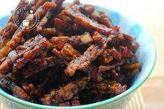 Sambal goreng tempeh, krokant gebakken reepjes tempeh omhuld met een zoet pittig stroperig ketjapsausje. Een snel een simpel (bij) gerecht.