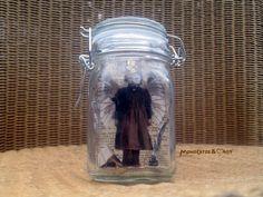 Eine Elfe zu fangen ist gar nicht so einfach.  die kleine Feenkönigin wurde wohl beim Tagebuch schreiben überrascht und ist im Glas gelandet.  ...