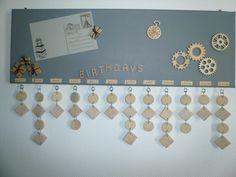 tableau avec un calendrier des anniversaires : Décorations murales par la-caverne-a-martine Office Birthday, Birthday Board, Birthday Reminder, Birthday Calendar, Family Crafts, Family Birthdays, Xmas Presents, Wall Art Quotes, Decoration