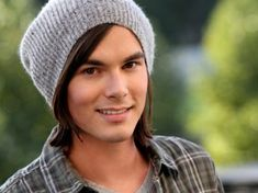 Great news, Liars! Tyler Blackburn has been upped to a series regular as Caleb on Pretty Little Liars. Caleb Pretty Little Liars, Pretty Little Liars Episodes, Pretty Little Lairs, Tyler Blackburn, Pll, Beautiful Men, Beautiful People, Perfect People, Gorgeous Guys
