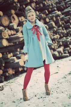 Darfs drüber auch mal verspielt sein, hellblauer Mantel aus schwerem Walkloden in Boucleoptik. Der Mantel aus reiner Wolle ist unterhalb der Brust ...