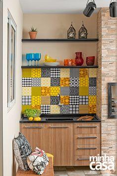 Churrasqueira com azulejos coloridos