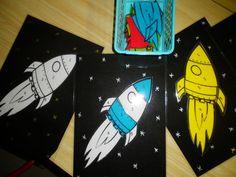 Raket rollen met de dobbelsteen. De kleuters kiezen een kleur (keuze uit 4 kleuren) en rollen met de dobbelsteen. Daarna zoeken ze het juiste cijfer en maken ze hun raket. Wie het eerst zijn raket heeft gemaakt, is de winnaar! *liestr*