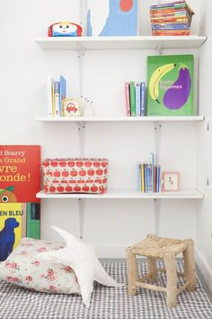 """Das Lieblingsstück in Fabiolas Zuhause? - """"Das Zimmer meiner Tochter.In diesem Zimmer bleibt irgendwie die Zeit stehen. Die Atmosphäre hier ist sanft und beruhigend."""" // Kinderzimmer Ideen Einrichten Nursery Girl Mädchen Kinderzimmerideen Korb Deko Dekroation Kissen Regal #Kinderzimmer #KinderzimmerIdeen #Ideen #Einrichten #Nursery #Kinderzimmerinspiration Bookcase, Shelves, Inspiration, Table, Furniture, Home Decor, Blog, Nursery Set Up, Living Room"""