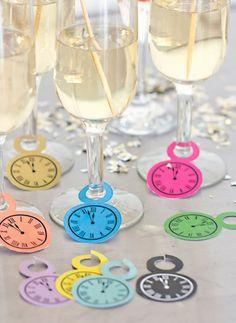 Si quieres dar un toque distinto a la mesa esta nochevieja, añade unos pequeños relojes al pie de las copas.