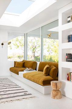Retro Sunken Living Room Design Inspiration chic, built-in sofa inspiration Best Interior, Modern Interior Design, Interior Architecture, Luxury Interior, Yellow Interior, Room Interior, Interior Colors, Sofa Inspiration, Decoration Inspiration