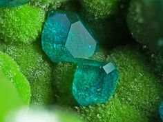 Dioptase on Duftite   Geology IN