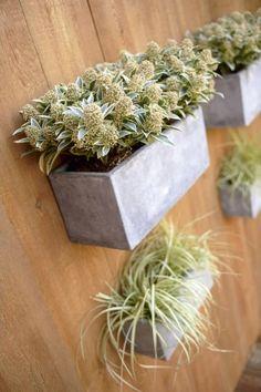 Parce qu'un mur végétal se doit d'être composé de supports végétaux légers, la fibre est sans conteste son meilleur allié ! La preuve avec ces jardinières miniatures au style contemporain dignes de leurs grandes sœurs et à la légèreté sans pareille. Faciles à fixer et esthétiques, elles permettent de créer aisément un mur verdoyant sur le balcon ou la terrasse. Photo : Leroy Merlin