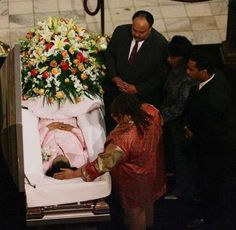 Coretta Scott King in Her Casket | King leans over to touch the head of her mother, Coretta Scott King ...