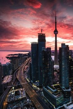 Sunset and city lights at the CN Tower, Toronto. Torre Cn, Photographie New York, Toronto City, Toronto Canada, Toronto Skyline, Canada Ontario, Toronto Travel, Downtown Toronto, Seattle Skyline