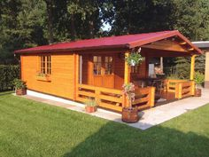 Ein Frühstück draußen in der Natur: Gartenhaus Fanö-70 macht es dank seiner überdachten Terrasse auch im Regen möglich.