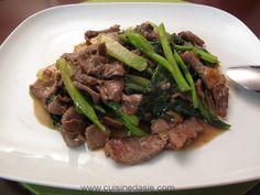 Alexa vous explique en détail comment préparer une délicieuse recette asiatique : les pâtes de riz sautées au boeuf et aux légumes (kai-lan ou brocolis chinois).