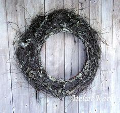 Atelier Kari naturdekorasjoner og kranser Grapevine Wreath, Grape Vines, Christmas Wreaths, Holiday Decor, Wood, Home Decor, Crowns, Atelier, Decoration Home