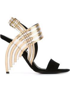 Sandália modelo 'Lenny' preta, dourada e prateada em couro, Salvatore Ferragamo. Possui fechamento por alça com fivela no tornozelo e efeito metálico.