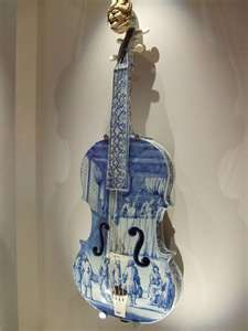ceramic violin from faïence, anonimus, 1705 .. In the Rijksmuseum, Amsterdam